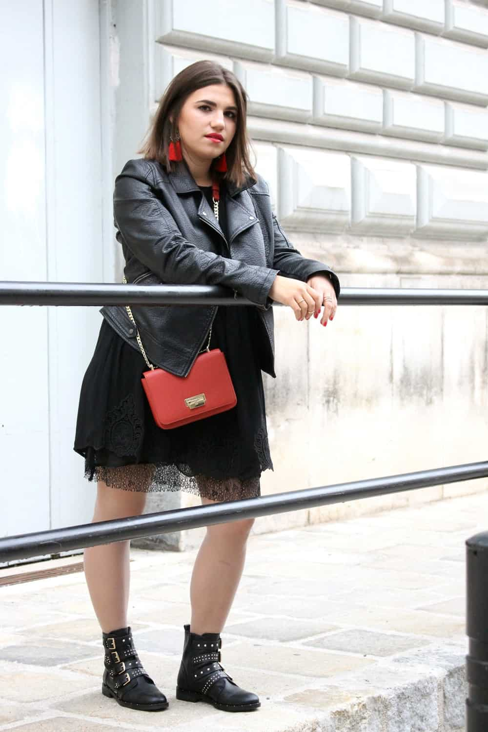 Outfitinspiration: all black and red bag