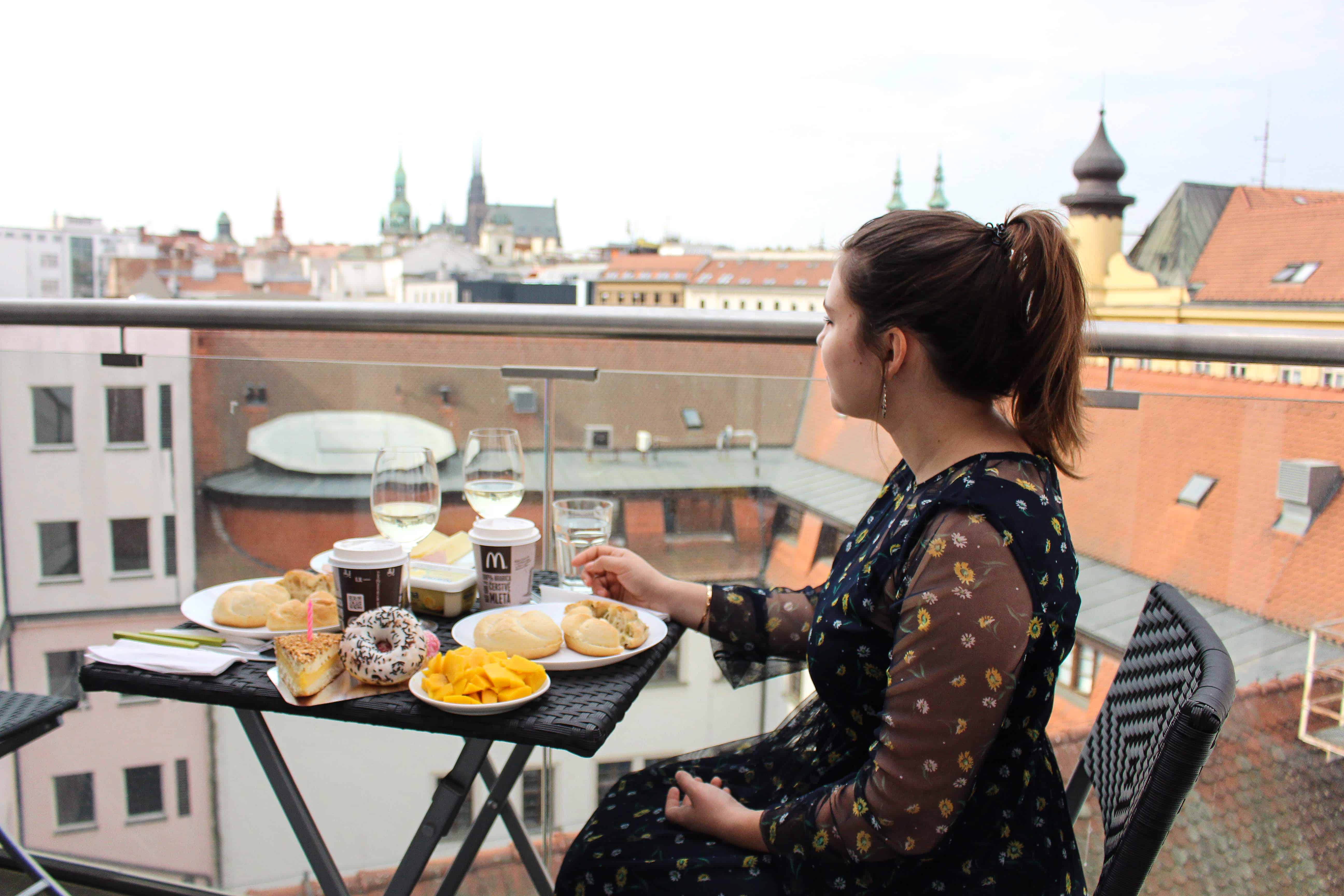 lifeandcolours austrianblogger travel: citytrip Brünn - birthday in Brno - balcony breakfast with a view